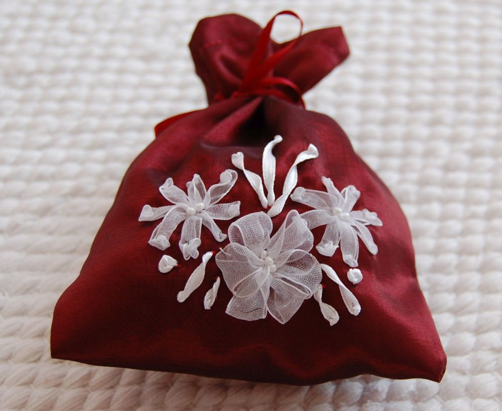 Bordó zsák fehér virágokkal - szalaghímzés