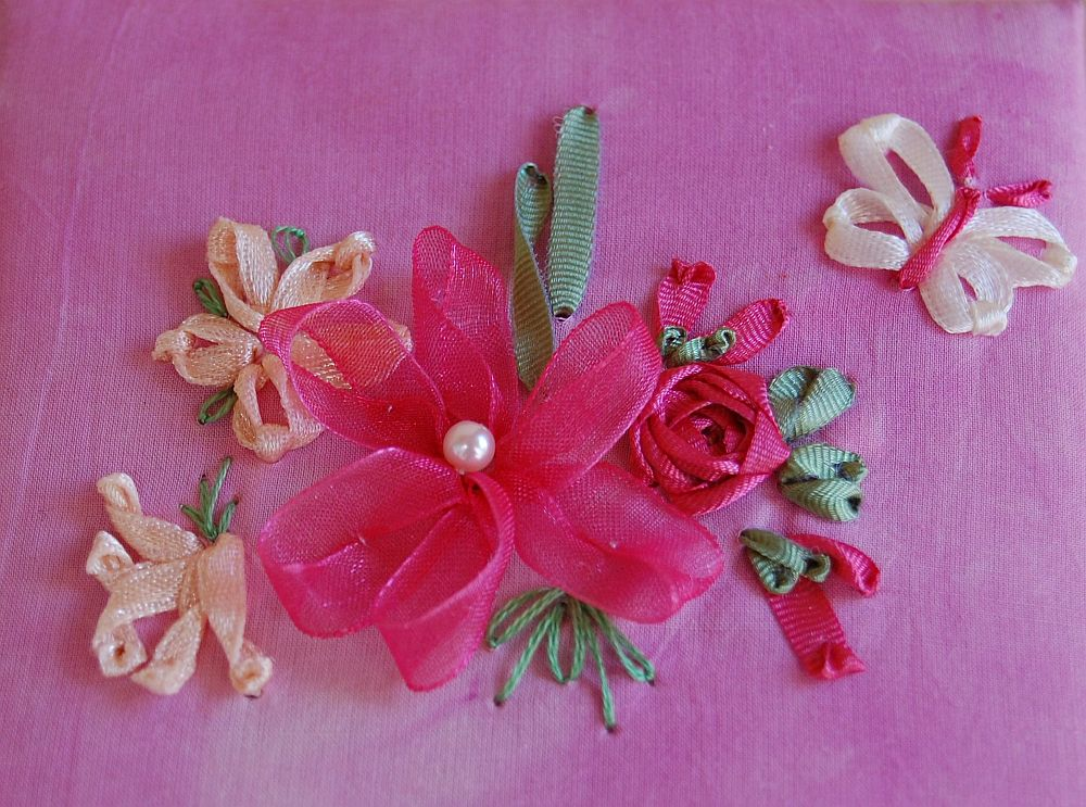 Ékszerdoboz virágokkal - szalaghímzés