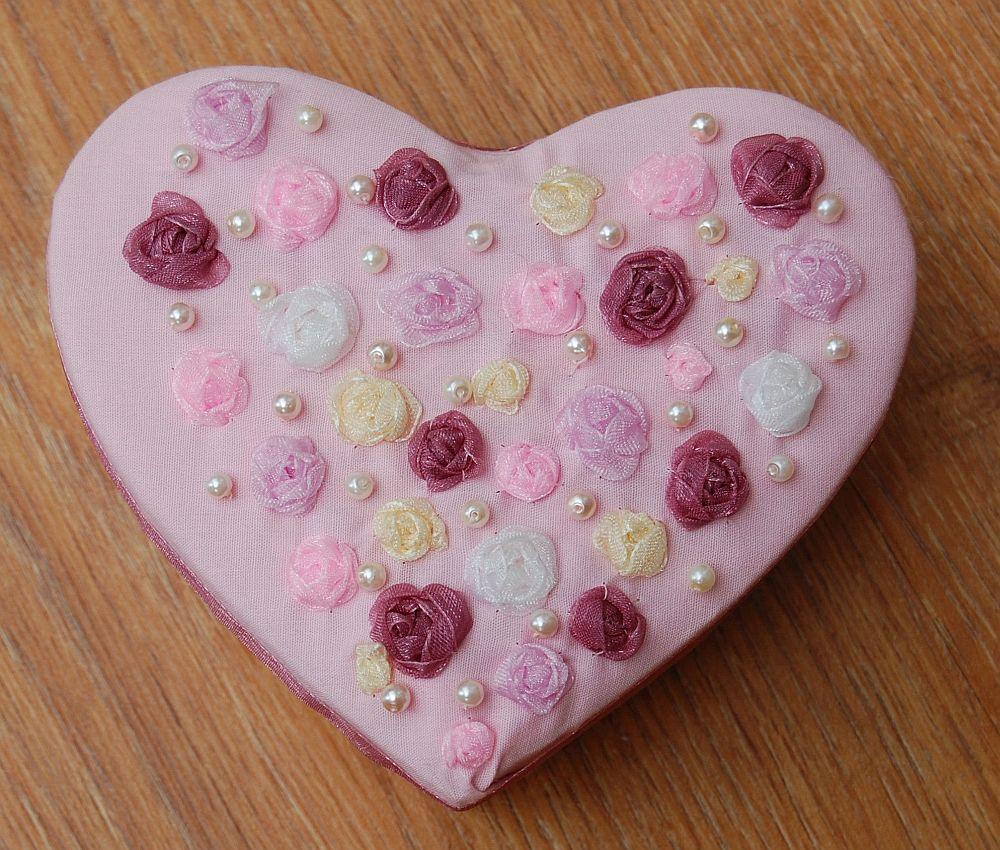 Rózsás szív alakú ékszerdoboz - szalaghímzés