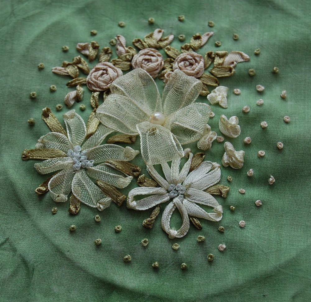 Virágos csendélet - krém - szalaghímzés