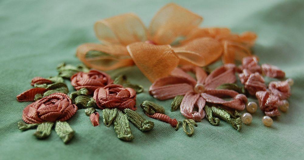 Virágos csendélet - arany - szalaghímzés