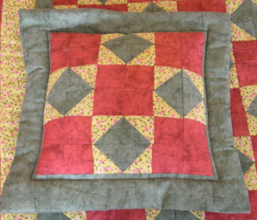 Barna-zöld foltvarrás takaró párnával