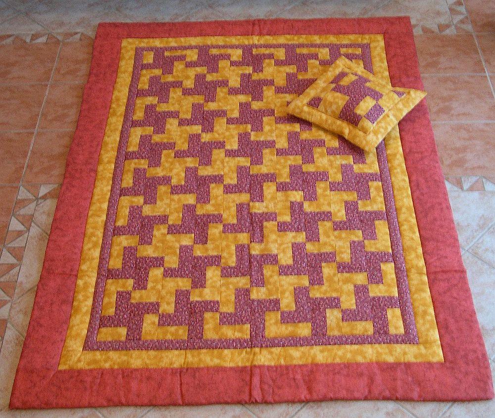 Lila-sárga foltvarrás takaró párnával