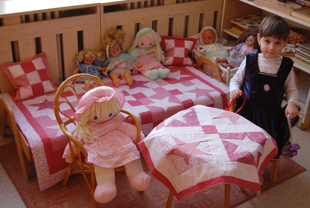 Csillagos babaszoba-takaró párnával és terítővel