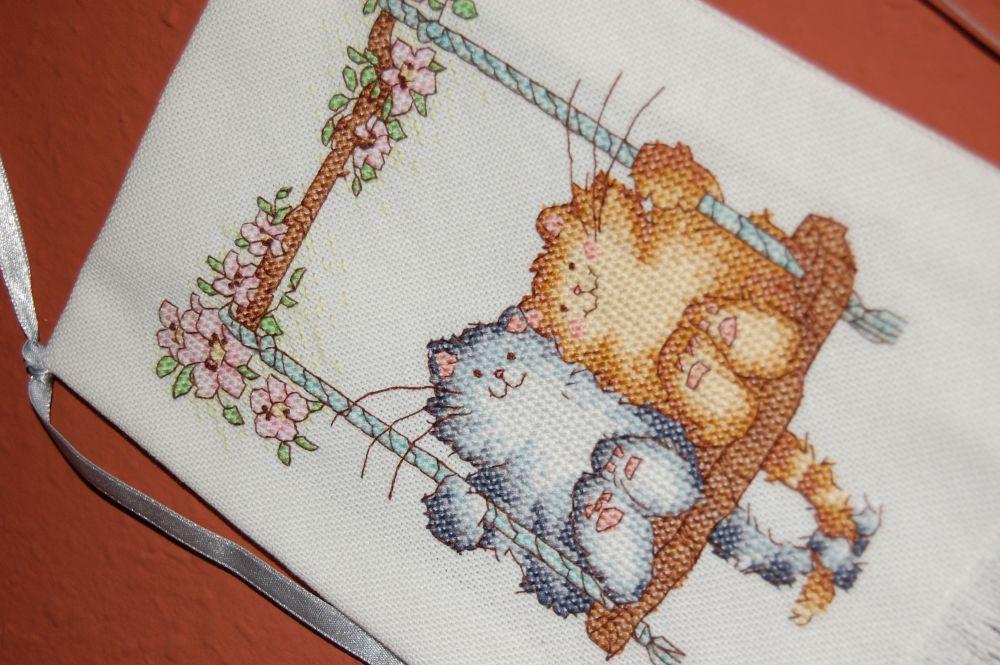 Hintázó cicák keresztszemes dekoráció