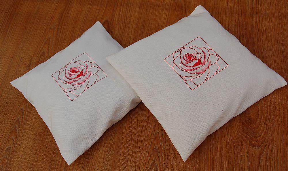 Keresztszemes rózsás párna-variációk