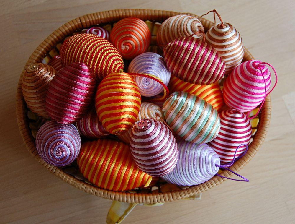 Húsvéti tojások zsinórral