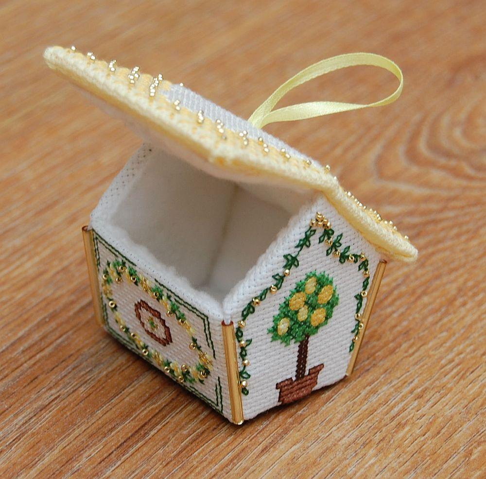 Sárga mézeskalács-házikó - 3D keresztszemes karácsonyi dísz